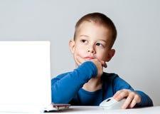 Sorriso del ragazzo di affari che lavora facendo uso del computer portatile Fotografia Stock