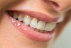 Sorriso del ` s della ragazza con i denti puliti fotografia stock