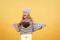 Sorriso della bambina con cuore rosso sulla maglietta, modo immagini stock libere da diritti