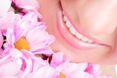Sorriso della donna con i fiori Immagini Stock