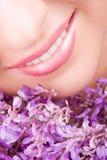 Sorriso della donna con i fiori Immagini Stock Libere da Diritti
