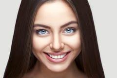 Sorriso della donna denti che imbiancano Cura dentale fotografie stock
