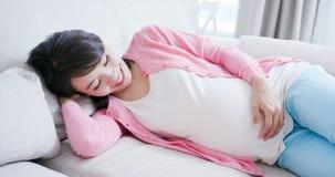 Sorriso della donna incinta di bellezza immagine stock libera da diritti