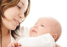 Sorriso della madre al suo bambino Immagini Stock Libere da Diritti