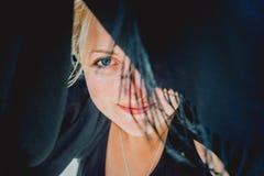 Sorriso dietro lo scialle fotografia stock libera da diritti