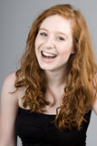 Sorriso dirigido vermelho bonito da menina fotografia de stock