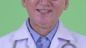 Sorriso do doutor japonês maduro feliz do homem filme