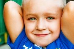 Sorriso do miúdo bonito alegre feliz com olhos verdes Fotos de Stock