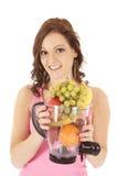Sorriso do misturador da fruta da mulher Fotografia de Stock