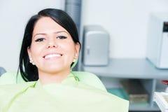 Sorriso do paciente da jovem mulher bonito no dentista fotografia de stock royalty free