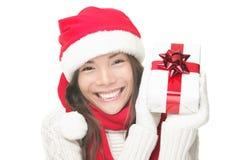 Sorriso do presente da terra arrendada da mulher do Natal Imagem de Stock Royalty Free