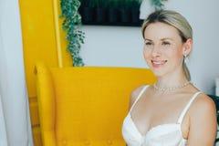 Sorriso do retrato de uma mulher bonita e macia no roupa interior imagens de stock