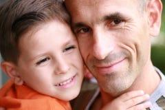 Sorriso do retrato do pai e do filho Fotos de Stock Royalty Free