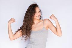 Sorriso e braços felizes da jovem mulher e da força da aptidão Foto de Stock