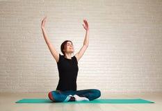 Sorriso e mulher sonhadora que fazem os exercícios da ioga que sentam-se nos lótus Fotos de Stock Royalty Free