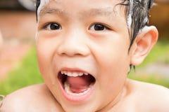 Sorriso e risata del ragazzo quando gode di e felice sul suo tempo del bagno Immagini Stock Libere da Diritti
