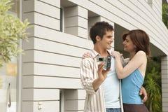 Sorriso e Videoing dos pares no jardim Home Foto de Stock Royalty Free