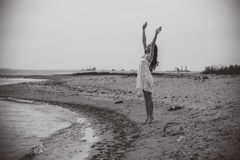 Sorriso entusiasmado feliz da mulher na praia Foto de Stock Royalty Free
