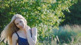 Sorriso europeu da mulher à câmera Conceito da beleza vídeos de arquivo