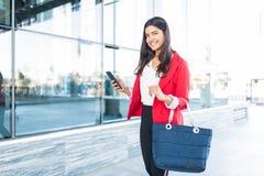 Sorriso executivo fêmea ao andar fora do escritório fotos de stock royalty free
