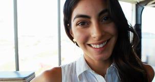 Sorriso executivo fêmea na mesa no escritório 4k filme