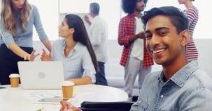 Sorriso executivo quando colega que discute no fundo 4k filme