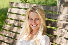Sorriso exterior à câmera - verão da jovem mulher feliz Fotos de Stock
