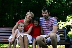 Sorriso exterior da família feliz na câmera Imagens de Stock Royalty Free