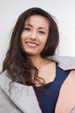 Sorriso exterior da mulher asiática à câmera Fotos de Stock