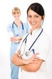 Sorriso fêmea da enfermeira dos jovens do doutor da equipa médica imagens de stock