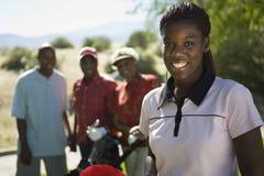 Sorriso fêmea novo do jogador de golfe imagem de stock royalty free