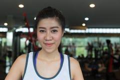Sorriso felice della donna asiatica del ritratto nello sport di esercizio della palestra di forma fisica Fotografie Stock Libere da Diritti