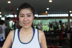Sorriso felice della donna asiatica del ritratto nello sport di esercizio della palestra di forma fisica Immagine Stock Libera da Diritti