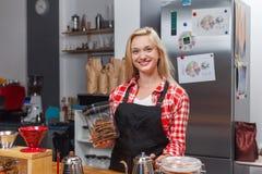 Sorriso felice della donna del proprietario di caffetteria di barista alla barra immagini stock libere da diritti