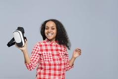 Sorriso felice della ragazza afroamericana di vetro di Digital di realtà virtuale della tenuta della giovane donna Immagine Stock Libera da Diritti