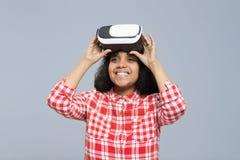 Sorriso felice della ragazza afroamericana di vetro di Digital di realtà virtuale di usura di giovane donna Immagini Stock Libere da Diritti