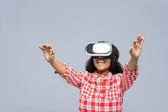 Sorriso felice della ragazza afroamericana di vetro di Digital di realtà virtuale di usura di giovane donna Fotografie Stock Libere da Diritti