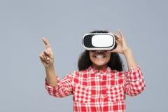 Sorriso felice della ragazza afroamericana di vetro di Digital di realtà virtuale di usura di giovane donna Fotografia Stock Libera da Diritti