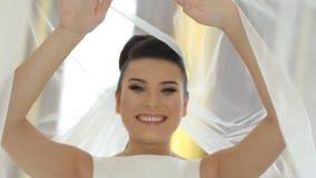 Sorriso felice della sposa vicino al suo vestito stock footage