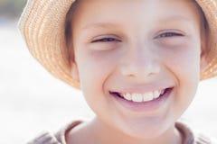 Sorriso felice sveglio del cappello di paglia del bambino Fotografia Stock Libera da Diritti