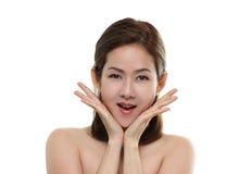 Sorriso feliz asiático e surpresa das mulheres bonitas com o bom saudável da pele sua cara isolada Fotos de Stock