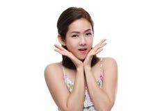 Sorriso feliz asiático e surpresa das mulheres bonitas com o bom saudável da pele sua cara isolada Foto de Stock Royalty Free