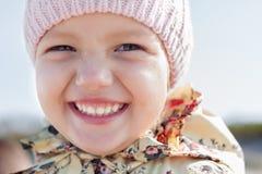 Sorriso feliz da cara engraçada da menina da criança fotografia de stock