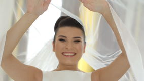 Sorriso feliz da noiva perto de seu vestido