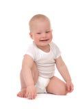 Sorriso feliz de assento ou de rastejamento da criança infantil do bebê da criança foto de stock