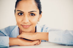 Sorriso feliz do retrato indiano novo bonito da mulher de negócio Fotografia de Stock Royalty Free