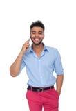 Sorriso feliz do telefonema esperto considerável da pilha do homem de negócio, homem de negócios Wear Blue Shirt Imagem de Stock Royalty Free