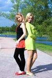 Sorriso feliz dos amigos das mulheres novas fotos de stock royalty free
