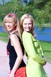 Sorriso feliz dos amigos das mulheres novas fotografia de stock royalty free