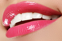 Sorriso feliz macro do ` s da mulher com os dentes brancos saudáveis, bordos cor-de-rosa Imagem de Stock Royalty Free